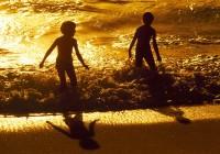 spielen am strand mit der mobilen kinderschatzsuche